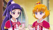 13. Las piedra linkle diamante posandose en las manos de Mirai y Riko