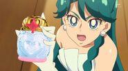 68. Minami con su perfume princesa en las manos