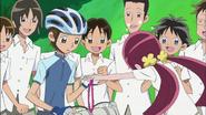 Tsubomi le entrega la medalla a Hayashi
