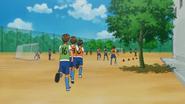 Los chicos corren hasta la cancha