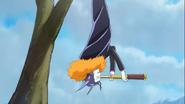 109. Batty colgado en un arbol observando a las Cures atraves de un telescopio