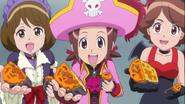 Rei, Elena y Kazumi comparten su pastel con Blue