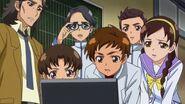 Compañeros de Mana y profesor observando las noticias