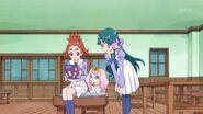 Haruka,Minami,Pafu y Aroma observando la revista