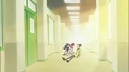 Tsubomi y Erika tratan de animar a la maestra Tsurisaki
