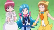 Yuko y megumi le dicen a Hime que no se preocupe por lo de l caja axia