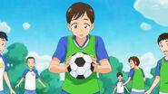 Chico recibiendo el balon de Futbol que pateo Elena