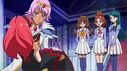 Kirara, haruka y minami mirando a towa