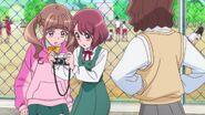 Michio mostrando los rivales de la escuela a las chicas