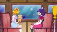 Mirai y Mofurun mirando por la ventana