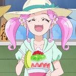 Kotoha feliz por comer su raspado de hielo sabor fresa.jpg
