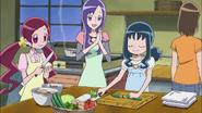 Tsubomi, Erika y Momoka cocinando las verduras que recogieron