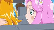 Kotoha en el auto observando a Mirai