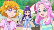 Kotoha conversando con Mirai mientras Riko las observa