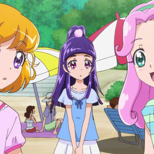 Kotoha conversando con Mirai mientras Riko las observa.jpg