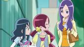 Tsubomi se siente feliz de salir de compras con Momoka