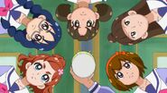 13. Haruka, Yui y otras estudiantes eligiendo sus deportes