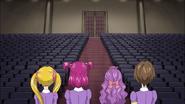 Girls shows Kurumi the Cinq Lumières's great auditorium