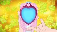 Honey presionando el boton del espejo