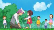 74.La pequeña niña obsequiandole a Kanata una corona de flores