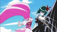 Dark Pretty Cure esquiva el ataque de las chicas