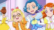 Jun, Kay y Emily interpretnado a doncellas que se encuentran en el baile