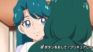 17. La madre de Minami abrazando a su hija