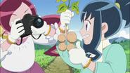 Tsubomi fotografía a Erika extrayendo unas papas