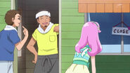 Kotoha observando el cartel del negocio que se encuentra cerradp