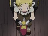 Niño jugando triciclo