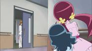 Tsubomi y Erika siguen a Itsuki hasta llegar a una habitación