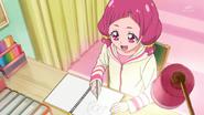 Hana en su escritorio planeando un nuevo corte