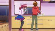 Megumi y Seiji lavando los platos, mientras hablaban sobre el secreto