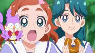 Haruka, Aroma y Minami comiendo las donas