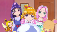 Las chicas escuchando lo que dice Kyoto