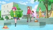 Megumi intenta coger el sombrero de Mao