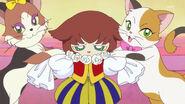 45. Las gatas colocandole a Kuroro diferentes atuendos