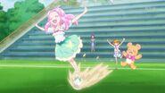 Kotoha sobre una pelota al final del episodio 32