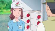 Yasuko encargándose de un cargamento de fresas