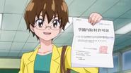 Miyo mostrando su pase para estar en la escuela