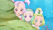 55. Las tres niñas de antes observando como...