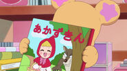Mofurun con el libro Caperucita Roja