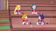 19. Mirai y Riko conversando con otras alumnas