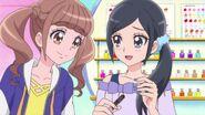 Hinata aprecia las uñas postizas de Chiyu