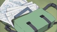 La mochila de Ban esta en el suelo dejando salir sus cosas