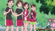 Las chicas del club ven a Chiyu fallar el salto