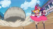 Mirai y Riko escapando del Yokubaru