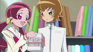 Tsubomi mostrando a Itsuki algunos adornos para su traje