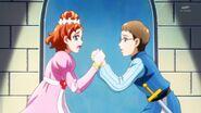 120. Haruka y Kenta agarrados de las manos