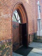 Kościół farny - otwarte boczne drzwi